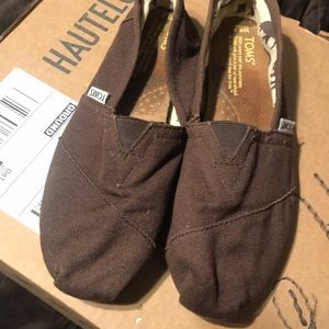 Preowned women Toms brown size 8.5